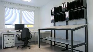 bureau met rolblok en tekentafel