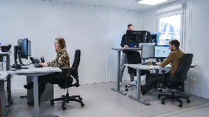Elektrisch-verstelbaar zit-sta-bureau voor uw tijdelijke bedrijfshuisvesting