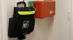 EHBO kit en mobiele defibrillator voor eerste hulp op de bouwplaats