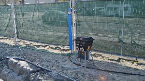 bouwplaatsinrichting met een tappunt, een verdeelkast en bouwhekken