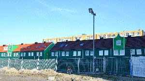 bouwplaatsinrichting met een telescopische lichtmast, een verdeelkast en bouwhekken