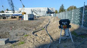 bouwplaatsinrichting met een verdeelkast en bouwhekken